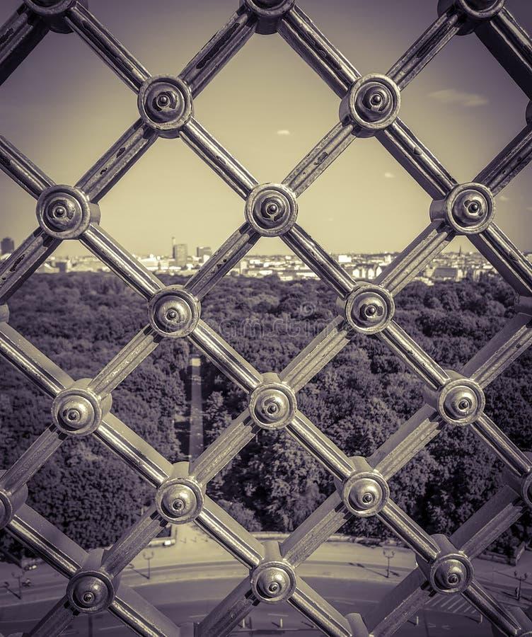 lato pejzaż miejski z parkiem, drogą i jasnym niebem, przegląda z góry przez żelaznej kratownicy, сenter Berlin, tiergarten zdjęcie stock