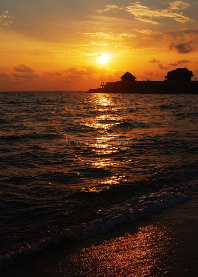 Lato piękny zachód słońca na plaży fotografia royalty free
