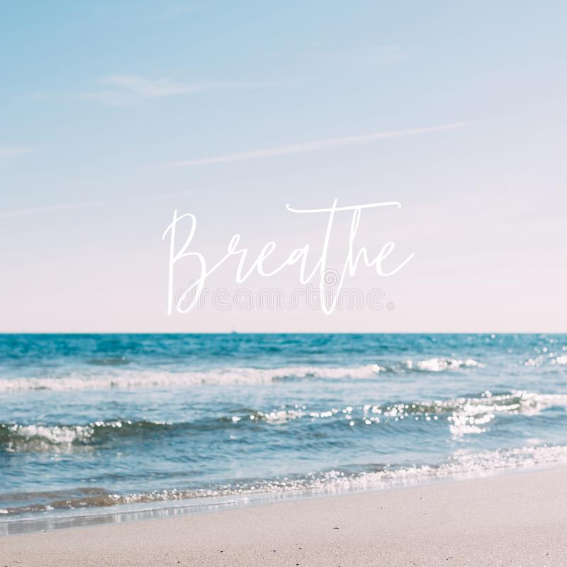 Lato piaska plaży pojęcie z motywacyjną wyceną obraz stock