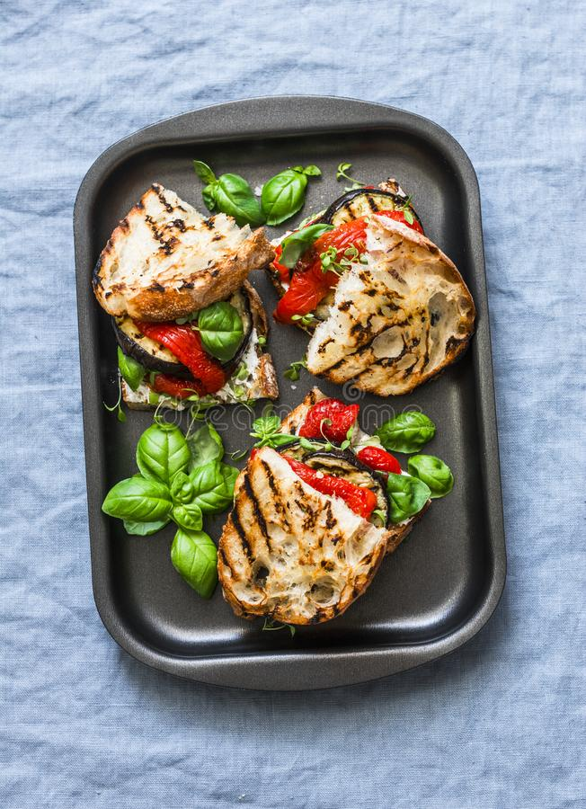 Lato piec na grillu warzywo kanapki Oberżyna, dzwonkowi pieprze, ciabatta, jogurtu kumberland, basil ściska w wypiekowym przeście zdjęcie royalty free