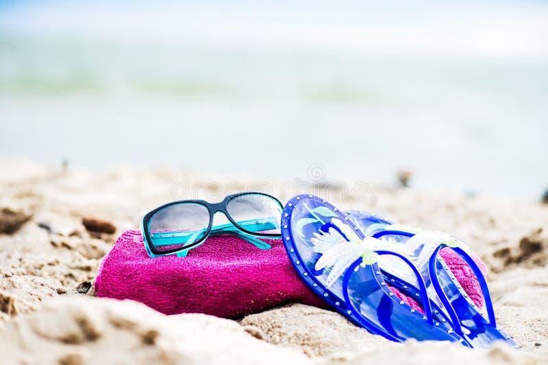 Lato plażowy wakacje Fuschia ręcznik, okulary przeciwsłoneczni, Galaretowi sandały l obraz stock