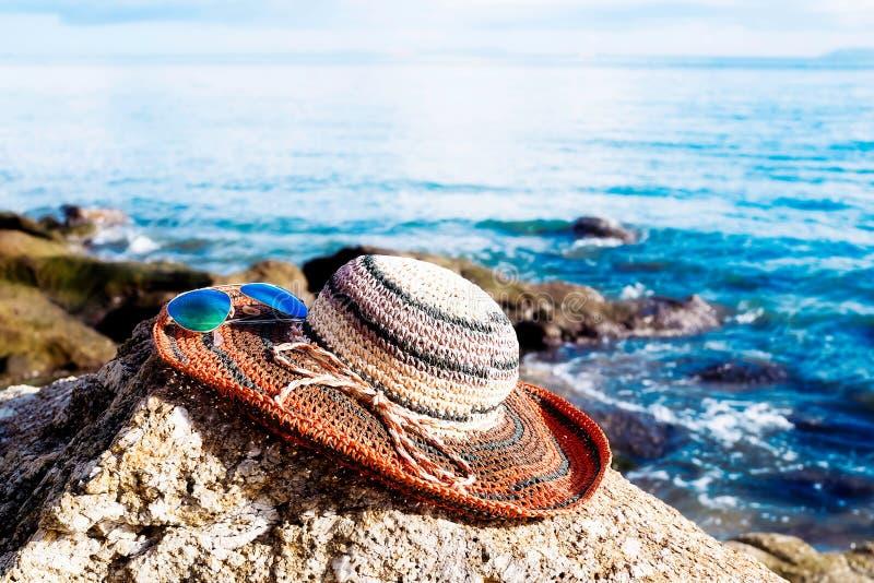 Lato plaży moda z okularami przeciwsłonecznymi i modnymi słomianymi kapeluszami obraz royalty free