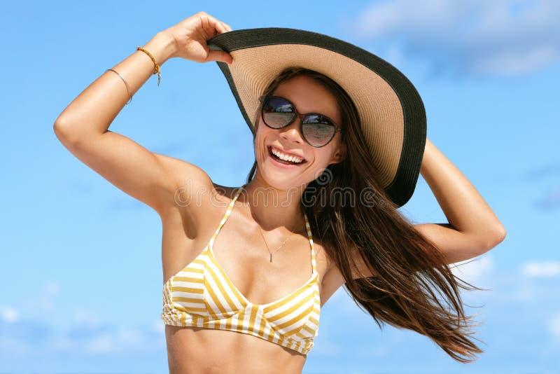 Lato plaży wakacje kobieta w kapeluszu i okularach przeciwsłonecznych zdjęcie stock