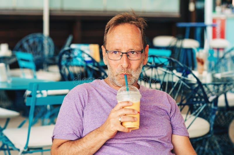 Lato plenerowy portret szczęśliwy mężczyzna zdjęcie stock