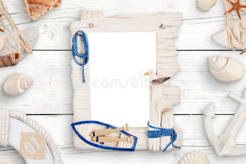 Lato podróży fotografii rodzina odizolowywał ramę dla mockup otaczającego z skorupami na białym drewnianym stole fotografia stock