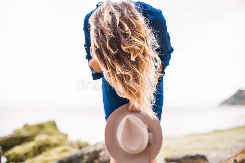 Lato portret młoda kobieta w brown kapeluszowy plenerowym mieć zabawę na morzu zdjęcia stock