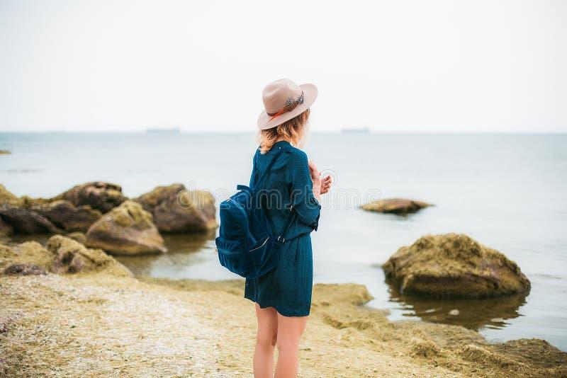 Lato portret młoda modniś kobieta w brown kapeluszu ma zabawę na morzu potomstwa odchudzają pięknej kobiety, artystyczny strój, i fotografia stock