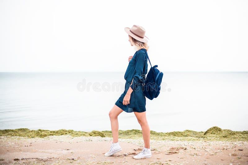 Lato portret młoda modniś kobieta w brown kapeluszu ma zabawę na morzu potomstwa odchudzają pięknej kobiety, artystyczny strój, i zdjęcia stock