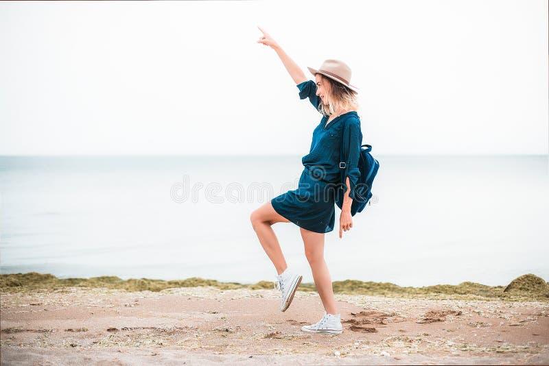 Lato portret młoda modniś kobieta w brown kapeluszu ma zabawę na morzu potomstwa odchudzają pięknej kobiety, artystyczny strój, i obrazy stock