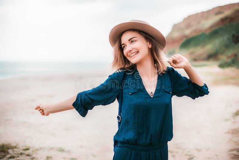 Lato portret młoda modniś kobieta w brown kapeluszu ma zabawę na morzu potomstwa odchudzają pięknej kobiety, artystyczny strój, i obraz royalty free