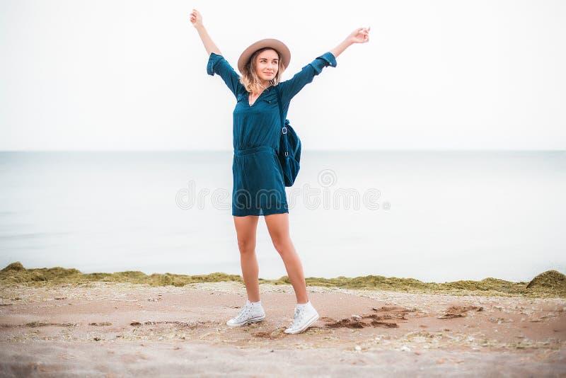 Lato portret młoda modniś kobieta w brown kapeluszu ma zabawę na morzu potomstwa odchudzają pięknej kobiety, artystyczny strój, i fotografia royalty free