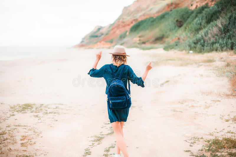 Lato portret młoda modniś kobieta w brown kapeluszu ma zabawę na morzu potomstwa odchudzają pięknej kobiety, artystyczny strój, i obrazy royalty free