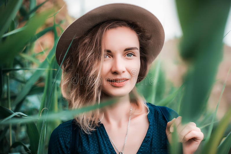 Lato portret młoda modniś kobieta w brown kapeluszu ma zabawę potomstwa odchudzają pięknej kobiety, artystyczny strój, indie styl obrazy royalty free
