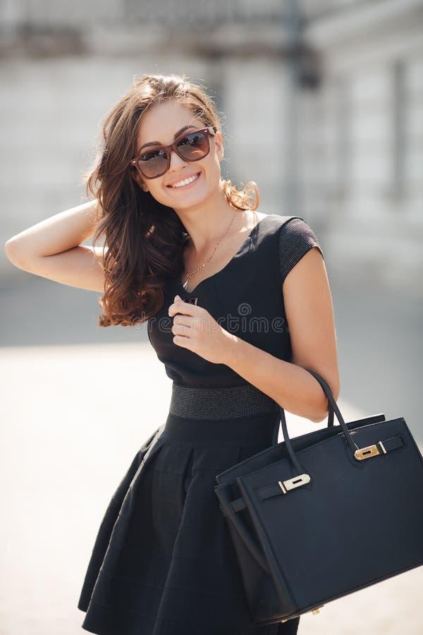 Lato portret piękna kobieta w mieście zdjęcie stock