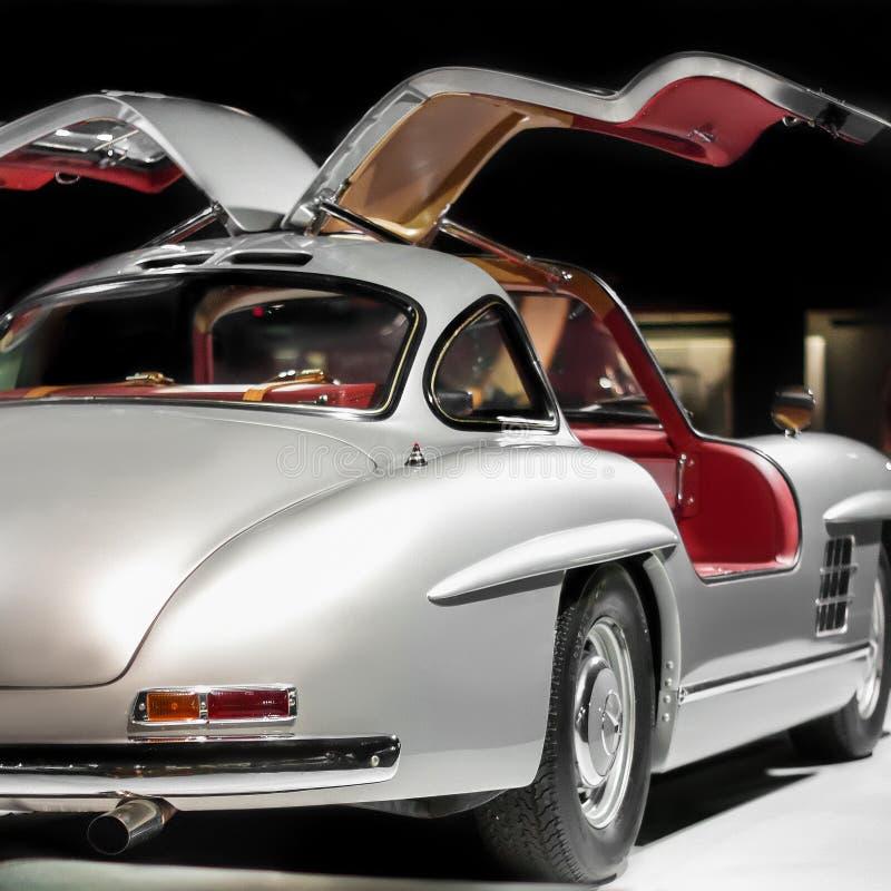 Lato posteriore dell'automobile di lusso d'annata di Mercedes-Benz 300 SL Gullwing sulla mostra delle automobili fotografia stock libera da diritti