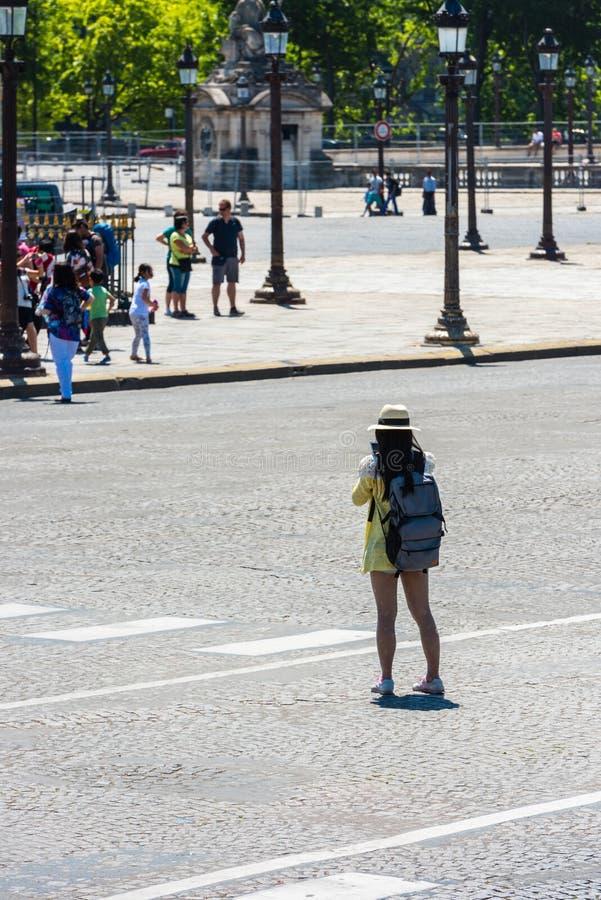 Lato posteriore della giovane donna che prende una foto fotografia stock