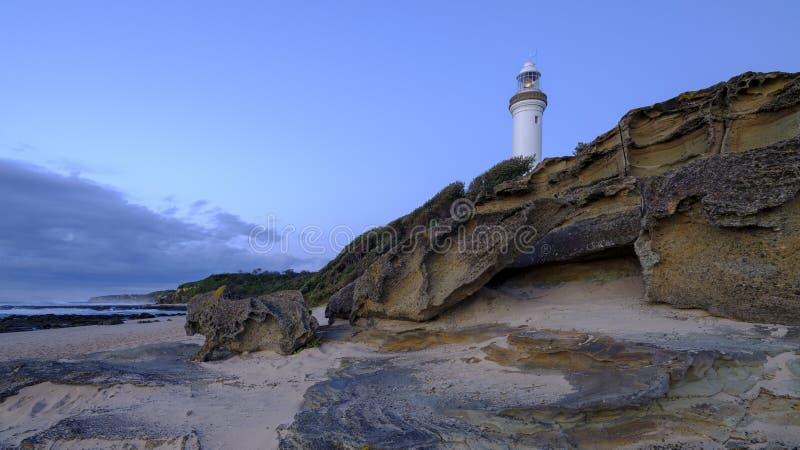 Lato ranku z?oty ?wiat?o na Norah Kierowniczym Lekkim domu, centrali wybrze?e, NSW, Australia zdjęcia stock