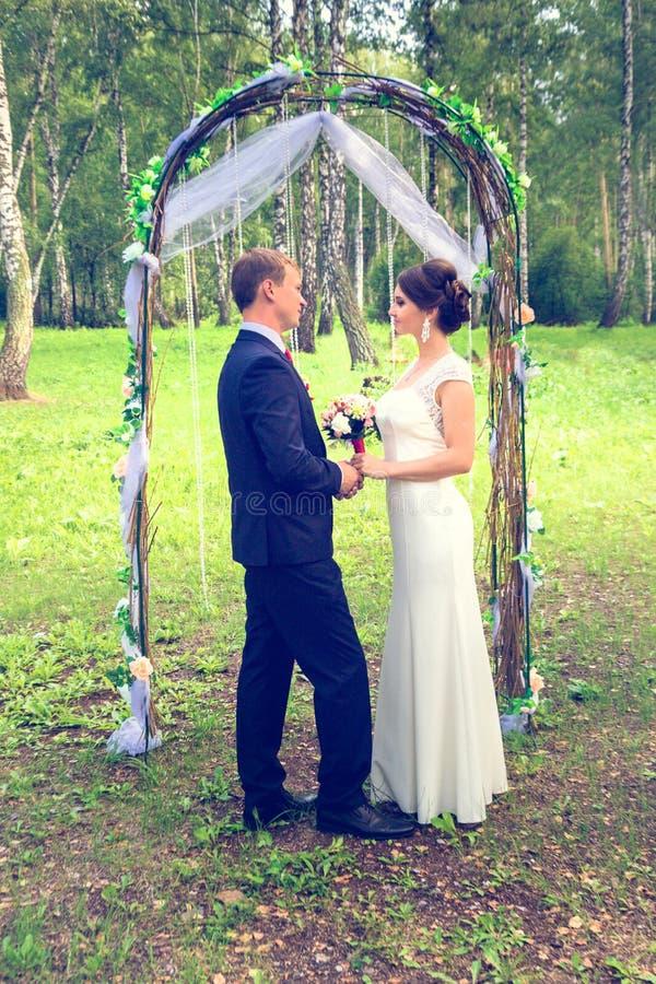 Lato romantyczny ślub w Provence stylu w lesie na zielonej trawie, zdjęcia royalty free