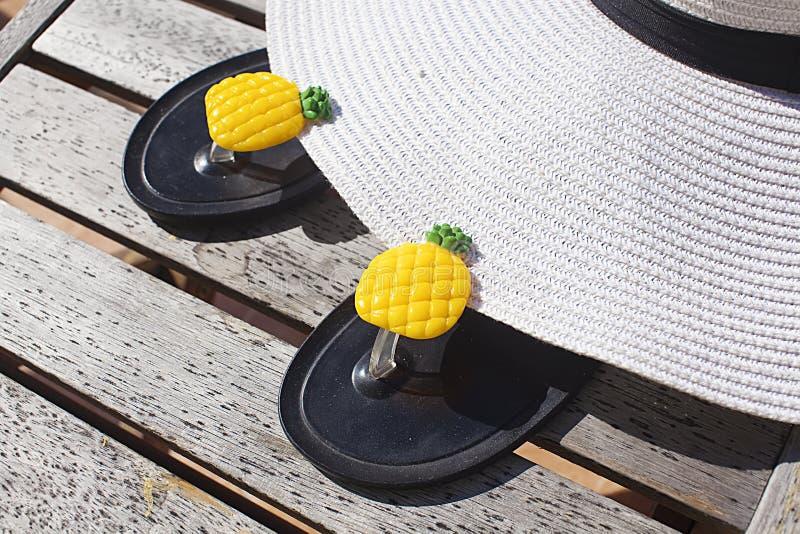 Lato rzeczy White Hat i kapcie z ananas jeste?my na stole zdjęcie royalty free