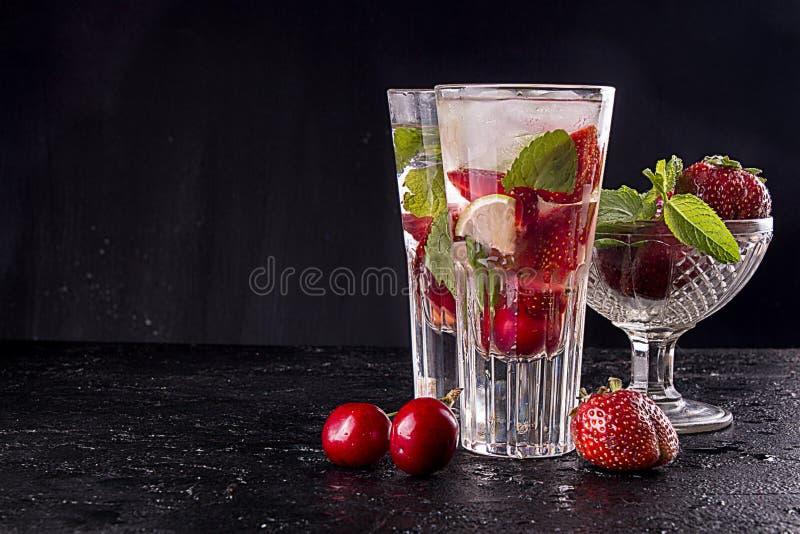 Lato słodkiej wiśni koktajlu truskawkowy lód - zimny napój w szkłach na czarnym tle obrazy royalty free