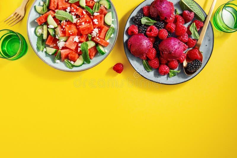 Lato sałatki z arbuzem, ogórki, jagody i lody, obraz royalty free