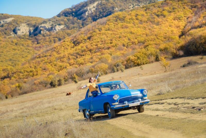 Lato samochodowej podr??y wolno?ci kobieta w Yosemite park narodowy z r?kami podnosi? up rozochoconego i szcz??liwego Lato wyciec zdjęcia royalty free