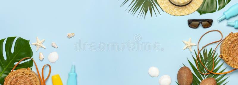 Lato składu mieszkanie nieatutowy Rama Round rattan torby słomianego kapeluszu modnych okularów przeciwsłonecznych tropikalna pal obraz royalty free