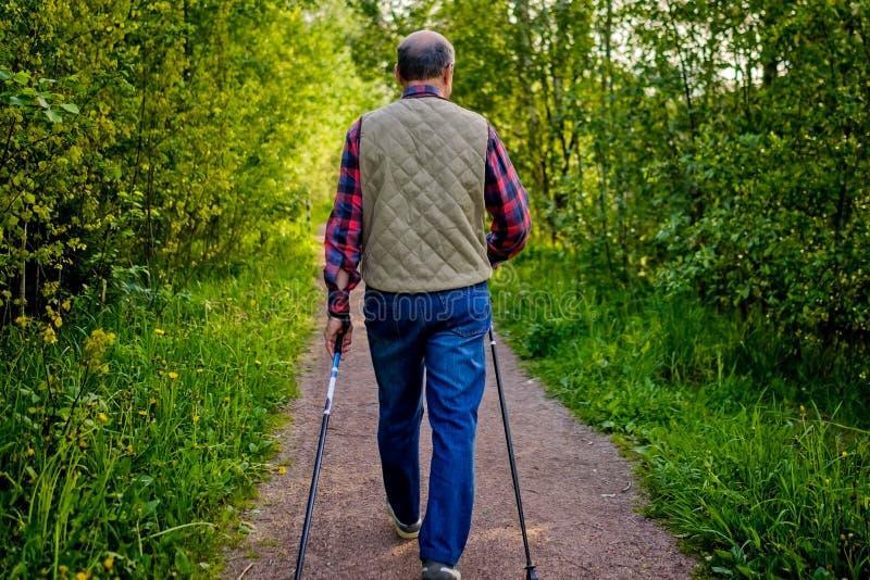 Lato sport dla starszych ludzi P??nocny odprowadzenie zdjęcia stock