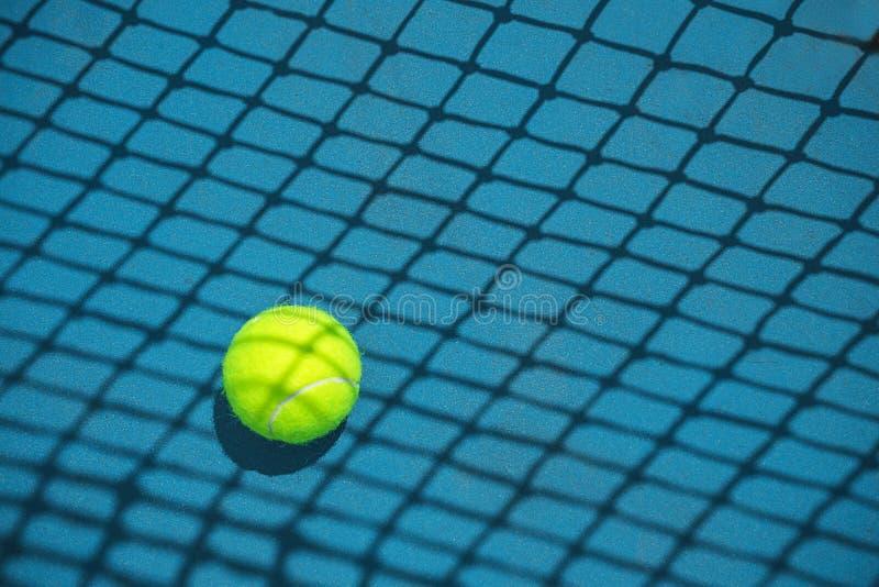 Lato sporta poj?cie z tenisow? pi?k? i sie? na ci??kim tenisowym s?dzie fotografia stock