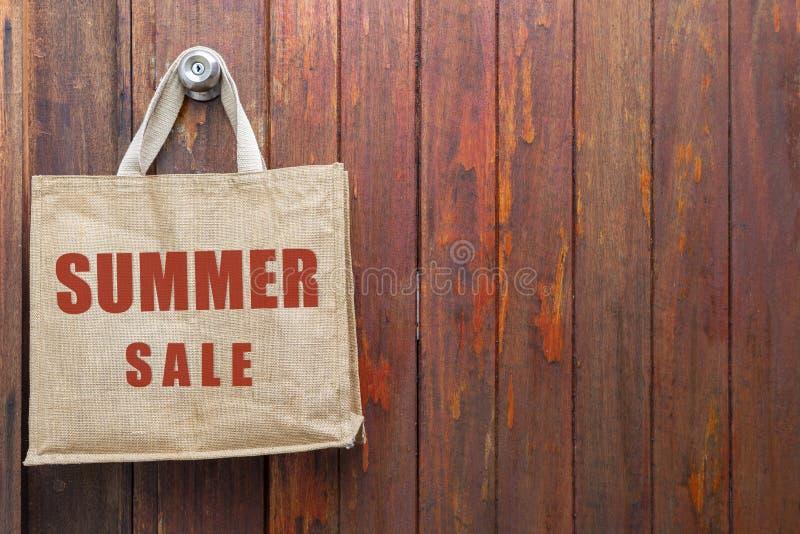 Lato sprzedaży logo na jutowej torbie obraz royalty free