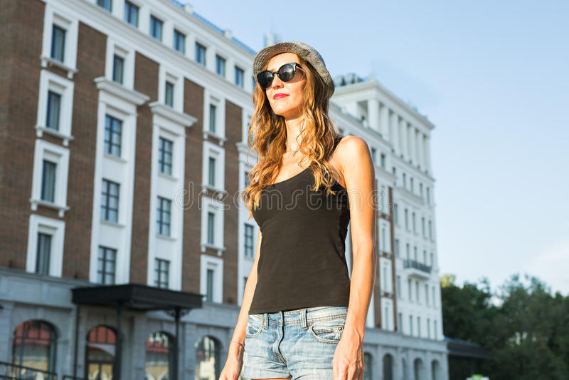 Lato stylu życia mody pogodny portret młody elegancki modniś kobiety odprowadzenie na ulicznym, jest ubranym ślicznego modnego st obrazy stock
