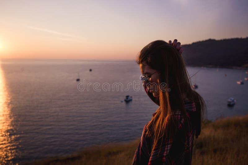 Lato stylu życia mody pogodny portret młody elegancki modniś kobiety odprowadzenie w górach, jest ubranym ślicznego modnego strój zdjęcia royalty free