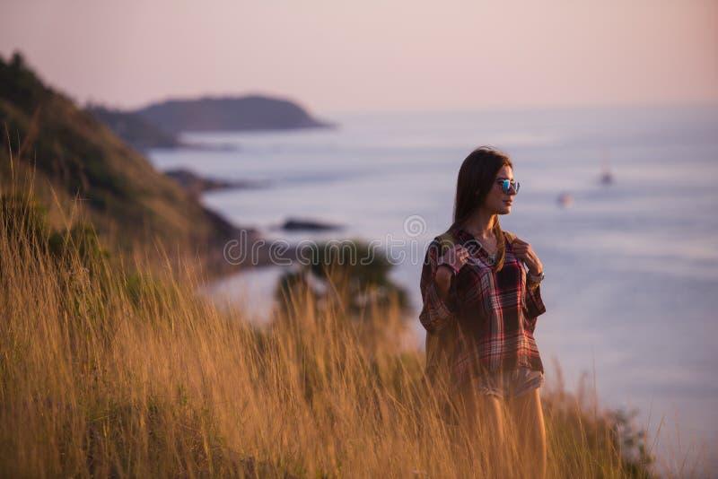 Lato stylu życia mody pogodny portret młody elegancki modniś kobiety odprowadzenie w górach, jest ubranym ślicznego modnego strój obraz royalty free