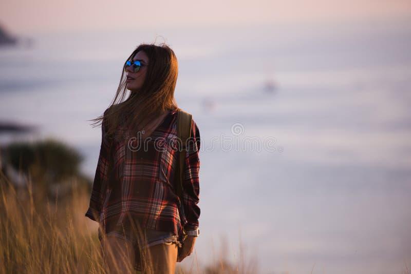 Lato stylu życia mody pogodny portret młody elegancki modniś kobiety odprowadzenie w górach, jest ubranym ślicznego modnego strój obrazy royalty free