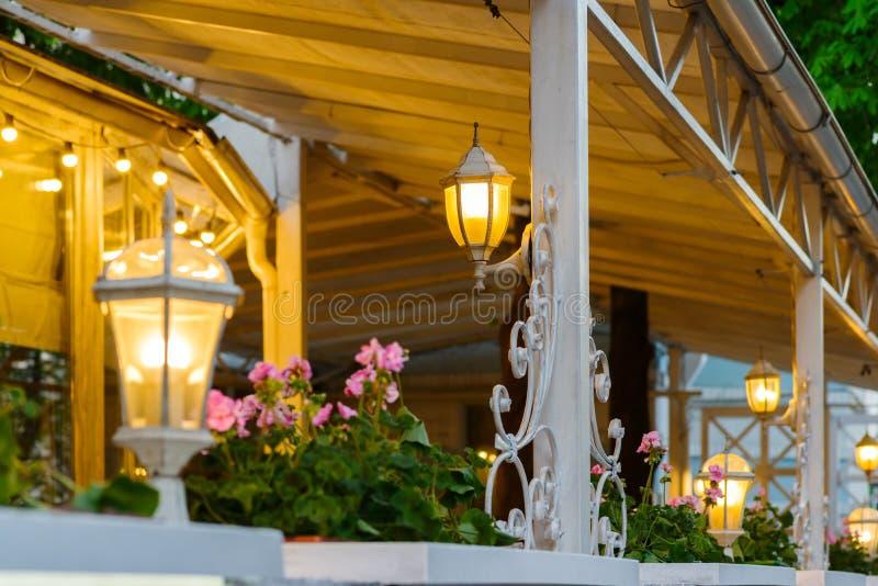 Lato taras z dekoracyjnymi lampami zdjęcie royalty free