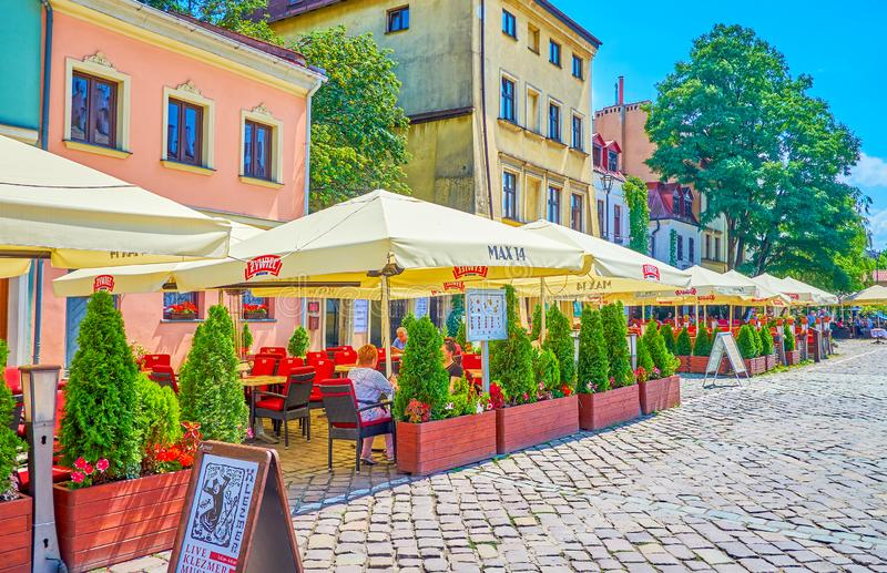 Lato tarasy turystyczne kawiarnie w Krakow, Polska obrazy stock