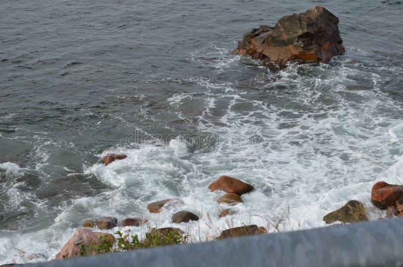Lato w Nowej Szkocji: Rocky Shoreline niedaleko Ingonish o Cape Breton obrazy royalty free