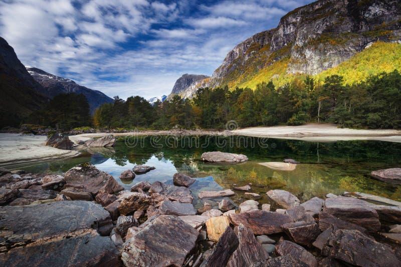 Lato w Romsdalen dolinie, rzeczny Rauma góry norweskie obraz stock