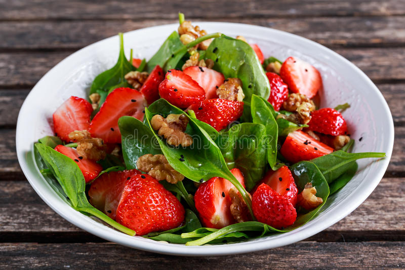 Lato weganinu Owocowego szpinaka Truskawkowe dokrętki Sałatkowe pojęć zdrowie jedzenie obraz stock