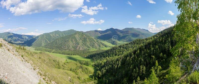 Lato widok halna dolina pod niebieskim niebem z chmurami, obraz stock