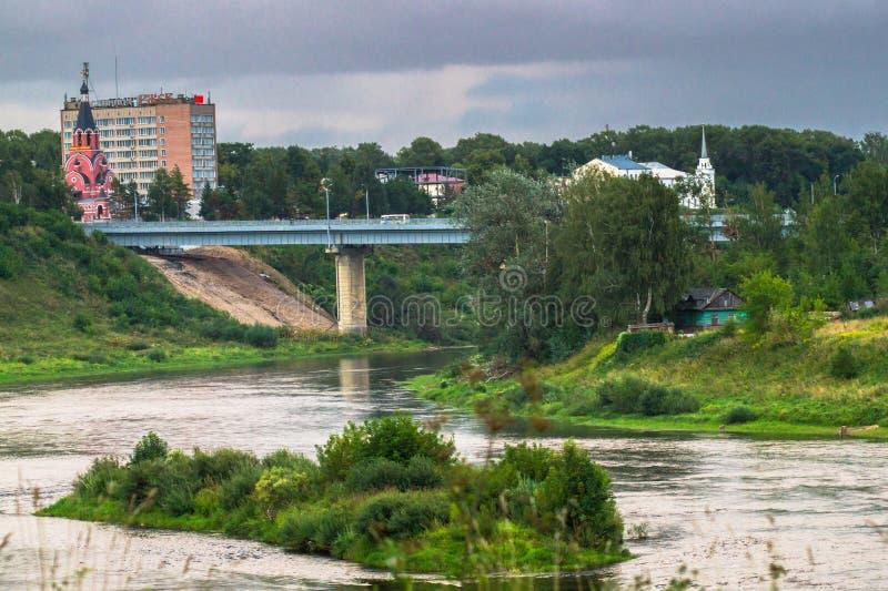 Lato widok majestatyczny spokój wody strumień malowniczy brzeg i wyspy i stromego Volga rzeka z mostem w backgro obrazy stock