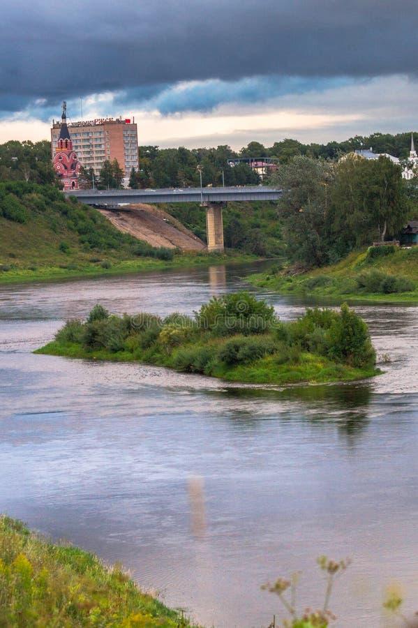 Lato widok majestatyczny spokój wody strumień malowniczy brzeg i wyspy i stromego Volga rzeka z mostem w backgro fotografia stock
