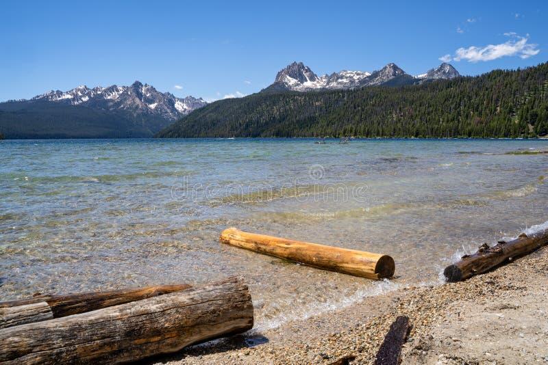 Lato widok przy Redfish jeziorem, lokalizować outside Stanley Idaho w Sawtooth lasu państwowego pustkowiu Notuje dalej przedpole obrazy stock