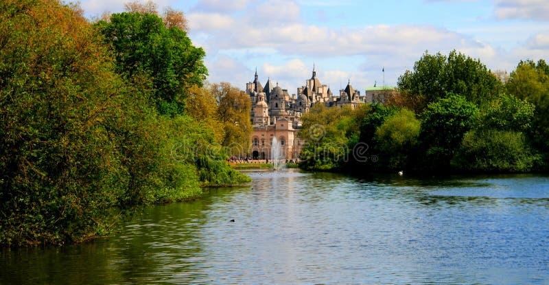 Lato widok St James ` s park i gospodarstwo domowe kawalerii muzeum london wielkiej brytanii zdjęcia royalty free