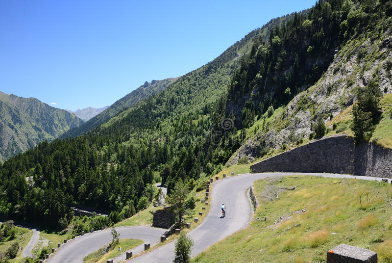 Lato widok z halną drogą w Pyrenees obrazy royalty free