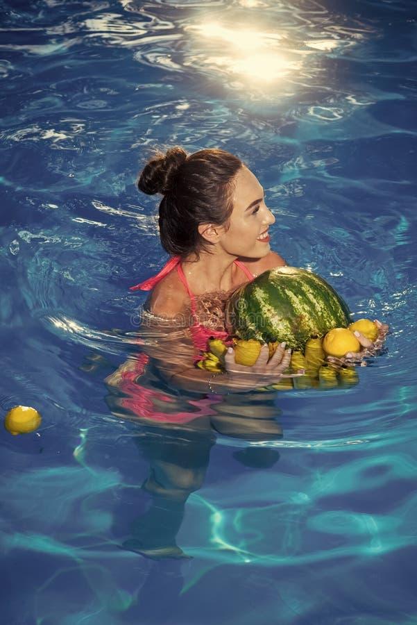Lato witaminy i owoc Dieting i zdrowa żywność organiczna, jarosz Witamina w bananie przy dziewczyną siedzi blisko wody zdjęcia royalty free