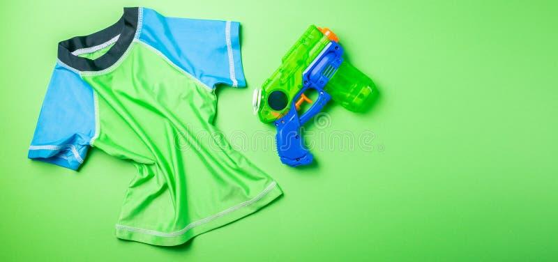 Lato zabawy pojęcie - wodny pistolet i wysypka strażnik na jaskrawym tle zdjęcia royalty free