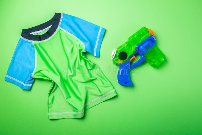 Lato zabawy pojęcie - wodny pistolet i wysypka strażnik na jaskrawym tle obrazy royalty free