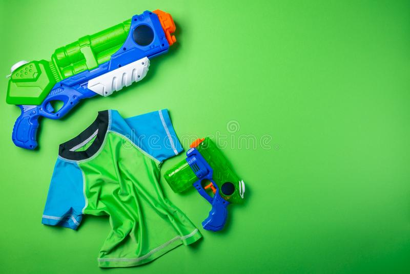 Lato zabawy pojęcie - wodny pistolet i wysypka strażnik na jaskrawym tle fotografia royalty free
