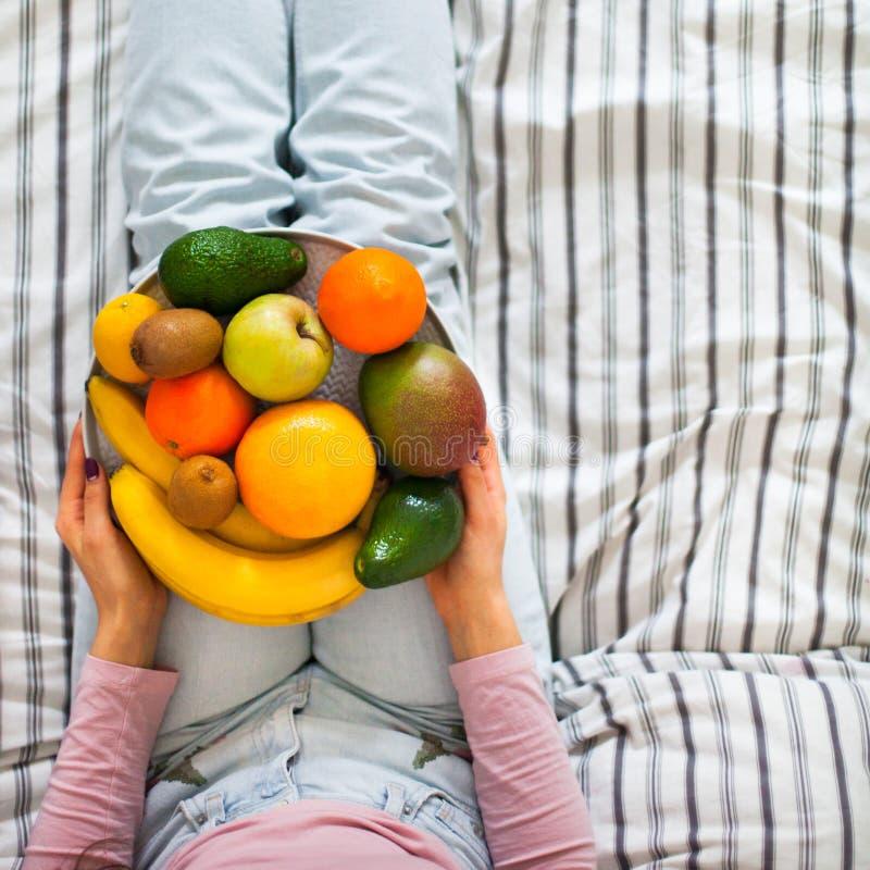 Lato zdrowego surowego weganinu łasowania czysty śniadanie w łóżkowym pojęciu obrazy stock